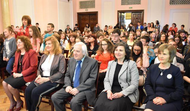 """Ирена Соколова приветства млади учени на заключителното събитие """"Интересната физика"""""""