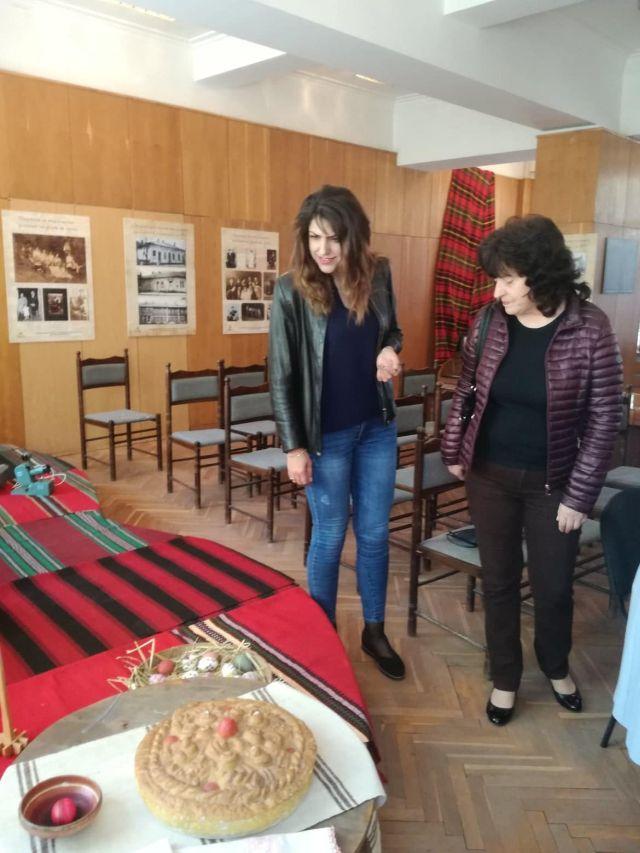Александрина Костадинова разговаря с жители на гр. Брезник