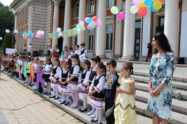 """Страхотно шоу спретнаха пред Двореца децата от ДГ """"Пролет"""" и ДГ """"Райна Княгиня"""""""