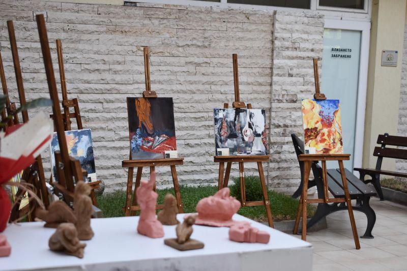 Изложба под патронажа на областния управител представиха млади дарования в изобразителното изкуство