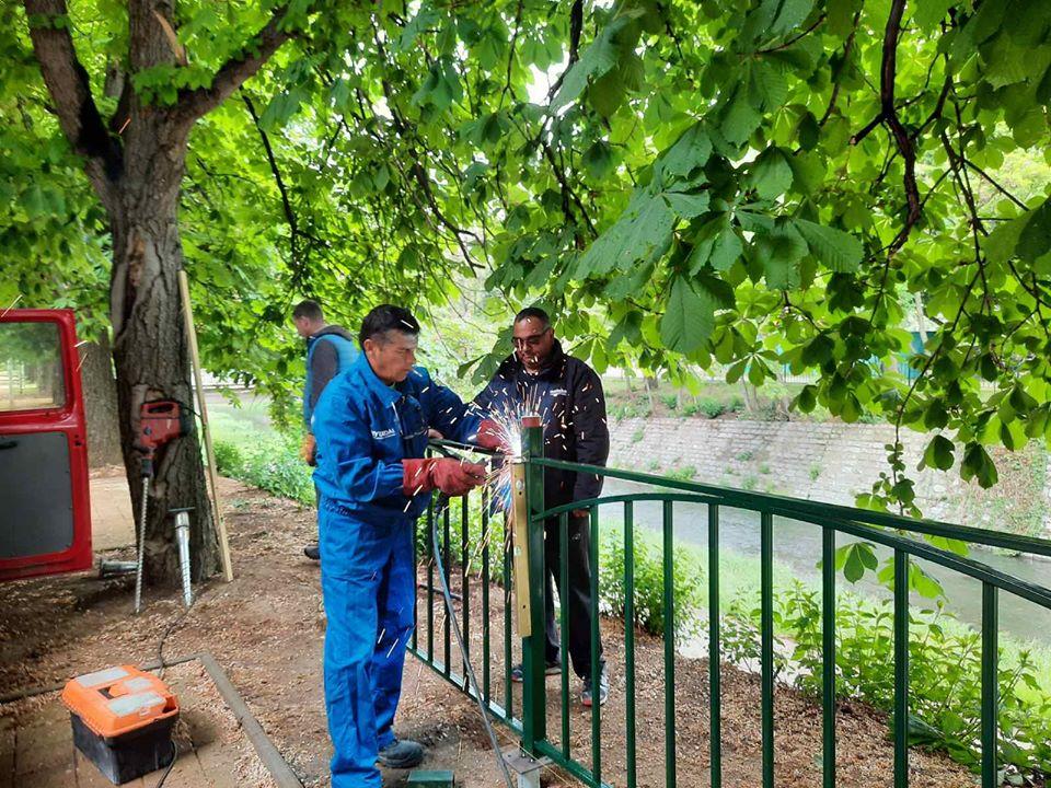 Продължава монтирането на ограда по поречието на реката в центъра на града