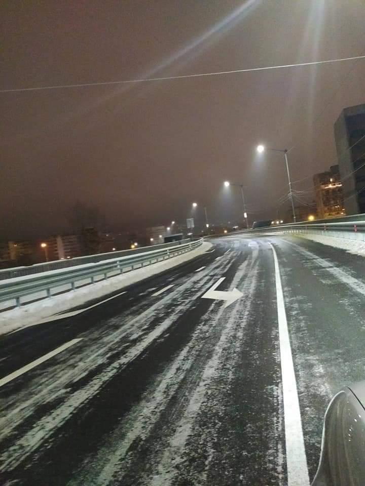 През нощта е започнало снегопочистването в Перник