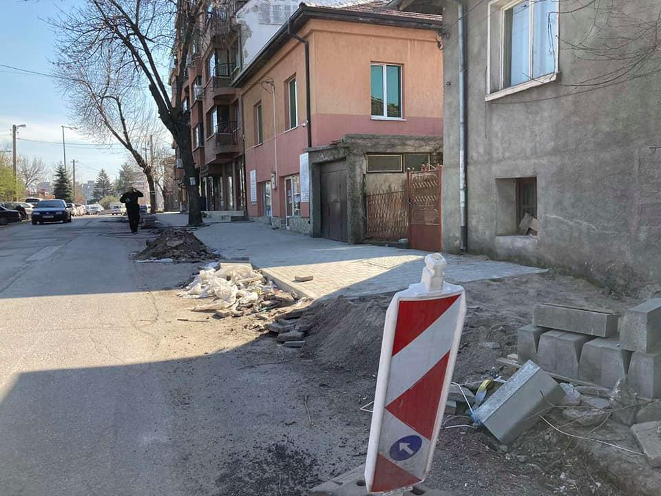 Продължава изграждането на тротоари, предстоят и нови кръгови кръстовища